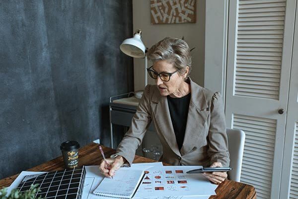 business-woman-accounts